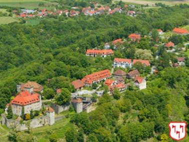 1983 wurden die ersten Wirtschaftsgebäude in der Nähe der Burg saniert und in Seniorenwohn...