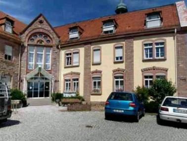 Eingebettet in eine herrliche Wiesenlandschaft liegt das Altenpflegeheim Schafberg umgeben von W&aum...