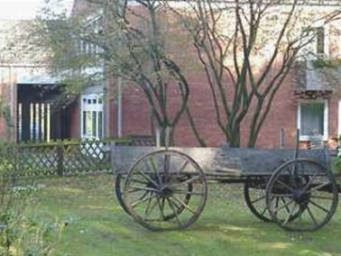 Das Seniorenheim Klosterfeld liegt an einem Waldrand, unmittelbar vor dem Ortseingang der auf der St...