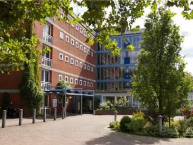 Das Alten- und Pflegeheim Vahrenheide befindet sich in Hannover im Stadtteil Vahrenheide in einem ru...