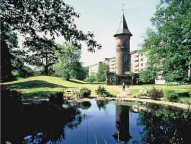 Inmitten eines malerischen Parks mit ausgedehnten Rasenflächen und Spazierwegen liegt das Wohns...