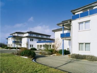 Der Senioren–Wohnpark Lutzerath liegt in der romantischen Landschaft der Vulkaneifel, umrahmt ...