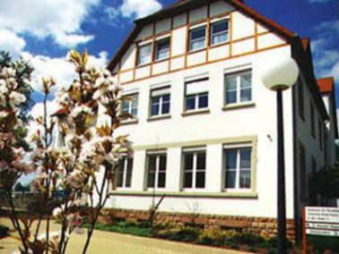 Das DRK-Gästehaus für Pflege liegt am Rande einer ruhigen Wohngegend im Ortsteil Mörsbach in Zweibrü...