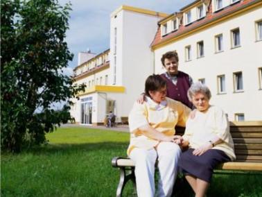 Der Senioren-Wohnpark Schollene ist umgeben von einer weitreichenden Gartenanlage und Grünfl&au...