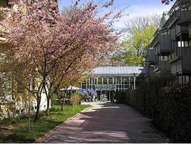 Umgeben von einem alten Parkgelände in der Nähe des Isargrunds liegt das Seniorenzentrum M...