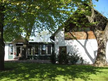 Das Senioren- und Pflegeheim Haus Sonnenschein ist mitten im Ortskern Dannewerks integriert und umge...
