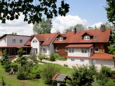 Vier Kilometer Luftlinie zur deutschen Grenze und direkt am Bayerisch-Böhmischen Wald befindet ...