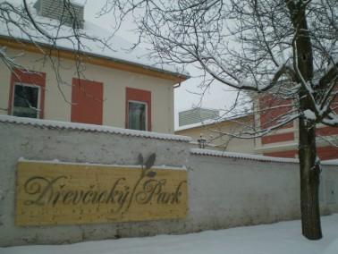 Der Ort Dřevčice ( www.drevcice.cz ) ist ca 3,5 km von der Grenze-Prag entfernt. Die Verbindung zur ...