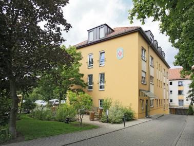 Die Einrichtung ist ein Altenpflegeheim mit 77 Plätzen auf drei Etagen für25 bis&nbs...