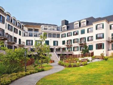 In der Kursana Villa genießen die Bewohner Premium-Wohnen und Komfortpflege in einem stilvollen Grün...