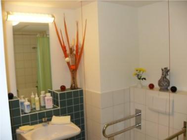 Jedes Zimmer verfügt über ein eigenes, behindertengerechtes Bad