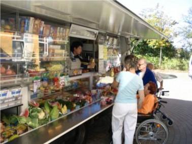 Dienstags und donnerstags können die Gäste des Seniorenzentrums im Rollenden Konsum einkaufen
