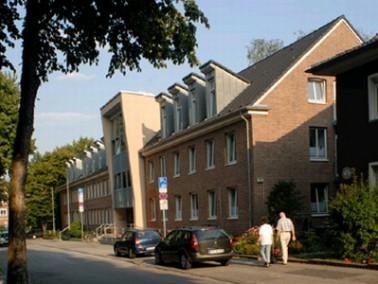 Die 2004 eröffnete Senioren-Pflegeeinrichtung Haus Am Ehrenpark liegt zentral, unmittelbar angr...