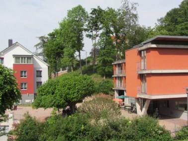 Das Caritas Altenzentrum Elisabethenruhe liegt in der Eisenacher Südstadt mitten im Grünen...