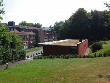 Die Einrichtung liegt in einer waldreichen Gegend des Leineberglandes und betreut 117 Menschen mit e...