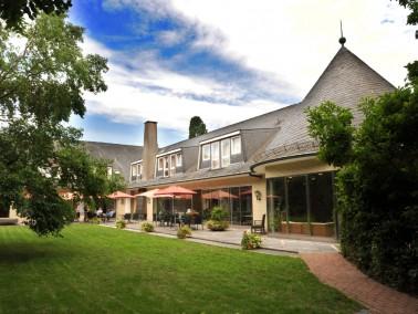 Die Villa eines ehemaligen Fabrikanten aus den 60er Jahren liegt mitten in einem Park mit altem Baum...