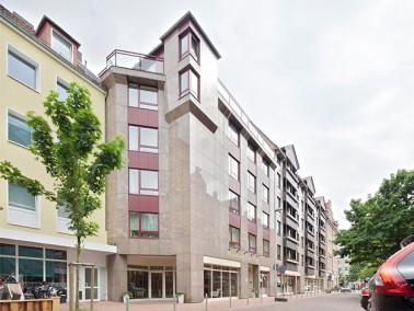 Unweit des Stadtkerns von Hannover präsentiert sich das DANA Pflegeheim Lister Meile mit seinem...