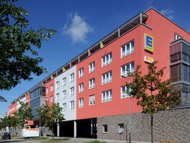 Die 2011 fertiggestellte Wohnanlage liegt im ruhigen Karlsruher Ortsteil Oberreut, in direkter Anbin...