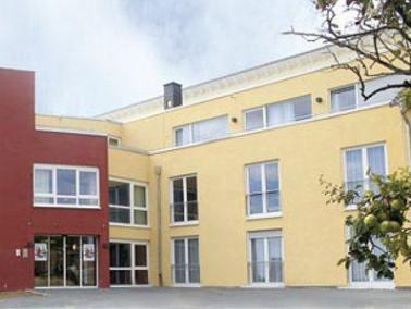 Am Rand von Essenheim unweit des alten Ortskerns liegt das Seniorenzentrum Domherrengarten. Die Einr...