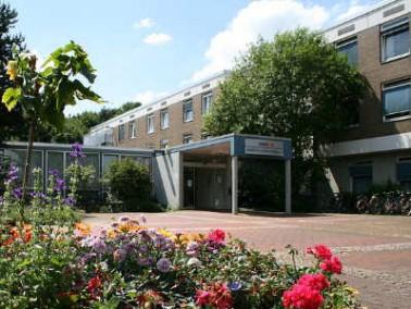 Das AMEOS Klinikum Hildesheim liegt am Stadtrand von Hildesheim auf einer früheren Obstplantage...