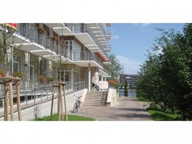 Das Haus an der Spree ist zentral in Berlin-Friedrichshain direkt neben einer öffentlichen Parkanlag...