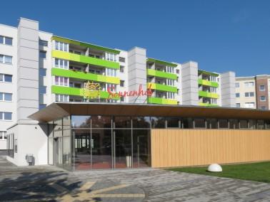 2013/14 erfolgten Umbau und komplette Sanierung des Hauses zur heutigen Seniorenwohnanlage. Der Zuga...