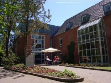Das Haus Mara liegt idyllisch am Fuhse-Kanal in einer Parkanlage. Die 24 Bewohner genießen die...