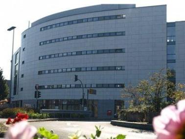 Das Pflegezentrum am Westfalentor, welches arichtektonisch einer modernen Burg nachempfunden ist, li...