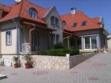 Die 2004 erbaute Senioren-WG Ettenhuber liegt idyllisch einen knappen Kilometer vom Plattensee entfe...