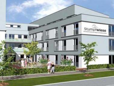 Das Seniorenwohnzentrum Stumpfwiese liegt in dem gleichnamigen Baugelände zwischen dem Stadtzen...