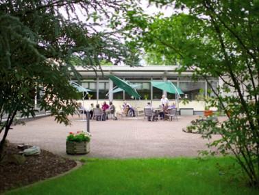 Unser Pflegeheim liegt auf einer Anhöhe am Stadtrand von Gladenbach, eingebettet in einen park&...