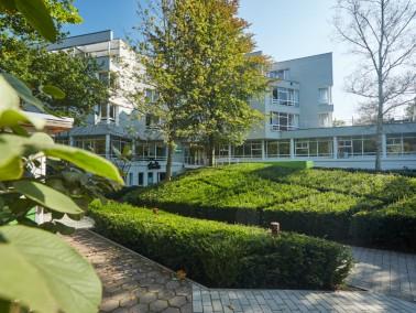 Ein helles Restaurant mit Ausblick auf die Gartenanlage und das sogenannte Puschenkino gehören ...