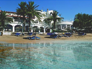 Lage     Umstellt     von     Felsen     und     Palmen     liegt     die    Hotel-Residenz Calypso...