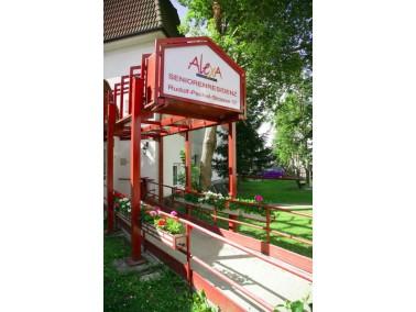 Umgeben von einer gepflegte Gartenlandschaft mit Teichanlage und Streichelzoo befindet sich die Alex...
