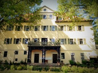 In Hummelshain, dem einzigen noch erhaltenen Residenzdorf Thüringens und gegenüber der Her...
