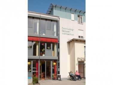 Die im Jahr 2000 eröffnete CURANUM Seniorenresidenz Franz-Ludwig liegt mitten im schönen B...