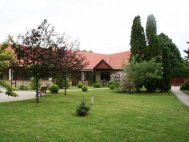 Das Aranyfürt Pflegeheim liegt zentral in der Stadt Izsak im schönen Ungarn. Izsak ist bek...