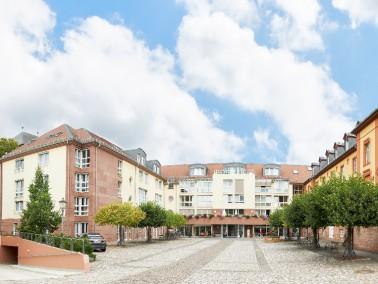 Inmitten des Stadtzentrums Kirchheimbolanden liegt die gleichnamige Seniorenresidenz, mit dem weitl&...