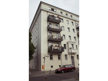 Der große Gemeinschaftsraum mit Zugang zum Balkon und offener moderner Wohnküche bilden d...