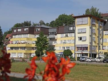 Das Seniorenzentrum Emmaus GmbH liegt idyllisch am Rande einer großen Parkanlage in der kleine...
