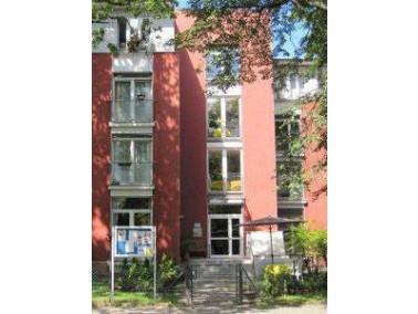 Das CURANUM Seniorenpflegezentrum Jungfernstieg liegt im Berliner Stadtteil Lichterfelde in einer ru...