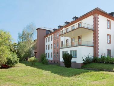 Unsere Pflegeeinrichtung liegt besonders günstig: in einer ruhigen Seitenstraße von Erbac...