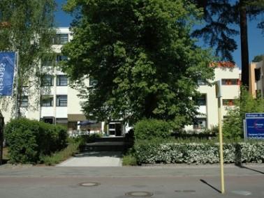 Das Haus befindet sich in Wannsee, im grünen Bezirk Steglitz-Zehlendorf. Es ist fernab vom Trub...