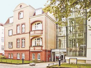 Mitten in Berlin-Dahlem in einer ruhigen Nebenstraße liegt das Seniorenzentrum Curamus. In dir...