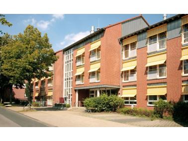 Unsere Pflegeeinrichtung, ein heller und moderner Gebäudekomplex, liegt in einem ruhigen Wohnge...