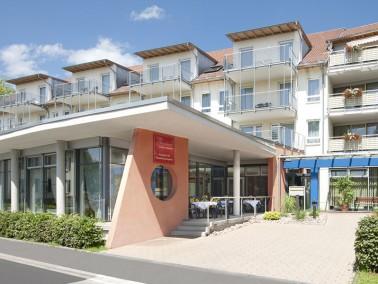 Unsere Pflegeeinrichtung liegt wenige Schritte vom Stadtzentrum und zehn Fußminuten vom Bodens...