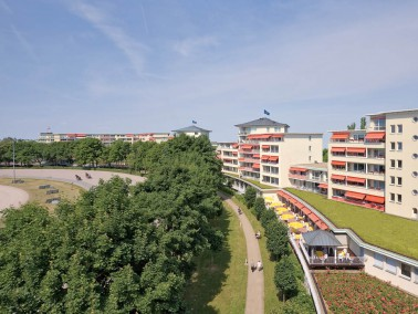 Direkt neben der Trabrennbahn liegt der 1999 eröffnete Rosenhof Berlin-Mariendorf. In unmittelb...