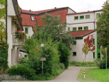 Das Altenzentrum St. Elisabeth liegt in einem ruhigen Wohnviertel Eningens mit Nähe zum Ortskern. Di...