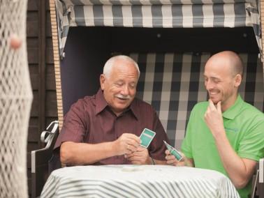 Pflegebedürftige Menschen, die gerne weiterhin in ihrer gewohnnten Umgebung wohnen bleiben m&ou...