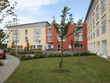 Mit unserem  Seniorenzentrum in  Adelsdorf  haben wir für 68 Senioren Wohnbereiche gescha...
